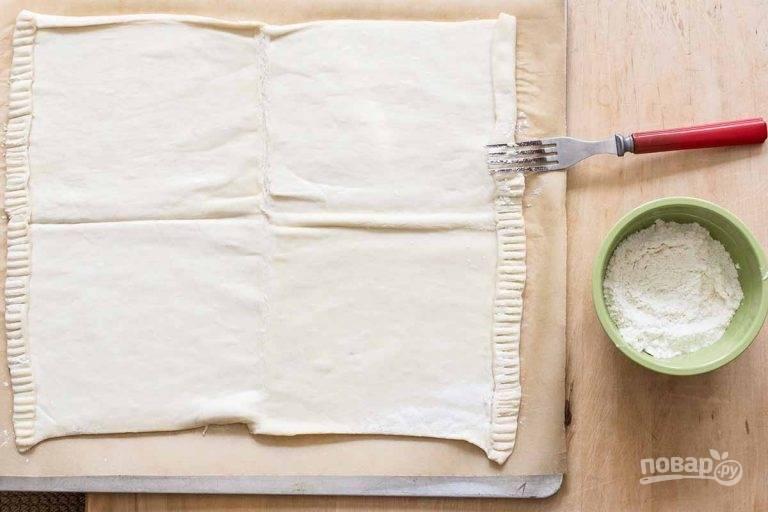 2.Вилку обмакните в муку и сделайте фигурную оборку по краям.