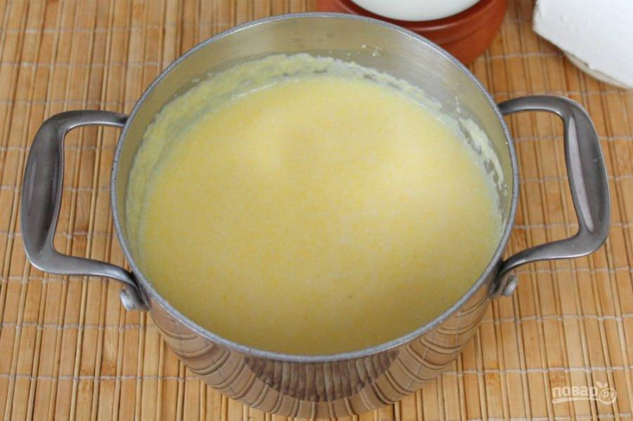Каша постепенно становится гуще. Готовим 20-40 минут. Крупа мелкого помола готова через 20 минут, чем крупнее помол, тем дольше нужно готовить.