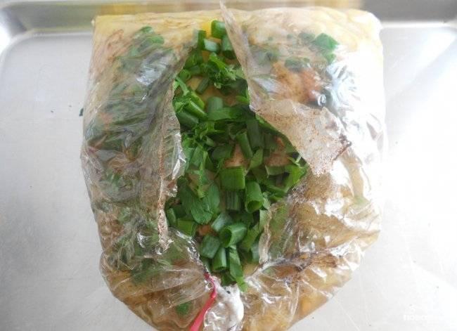 Спустя это время достаньте рукав, не выключая духовку. Разрежьте его, уложите внутрь зелень.