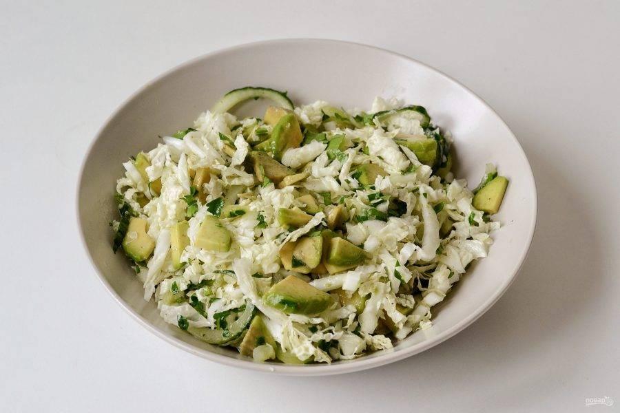 Заправьте салат, аккуратно перемешайте и дайте постоять 5-10 минут. Затем салат можно подавать к столу.