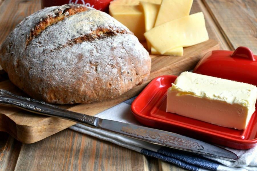 Готовый хлеб остудите на доске под салфеткой до теплого состояния.