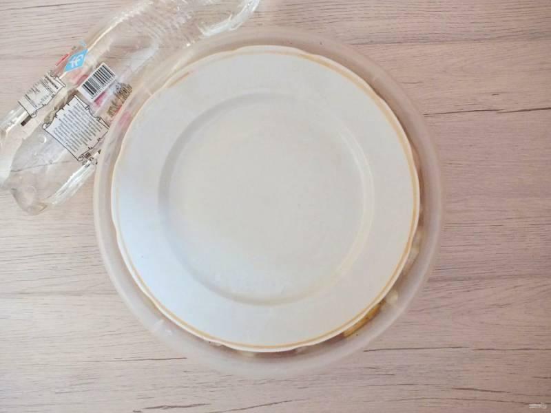 Выложите сверху гнёт. Это может быть тарелка, к примеру. Оставьте мариноваться шашлык при комнатной температуре на 1 час 30 минут.