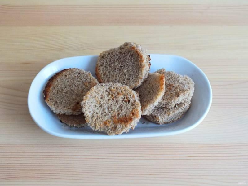 На сухой сковороде подсушите хлеб с двух сторон.