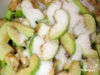 Порезанные дольками яблоки засыпаем сахаром (600 гр) и оставляем на ночь, чтоб яблоки дали сок.