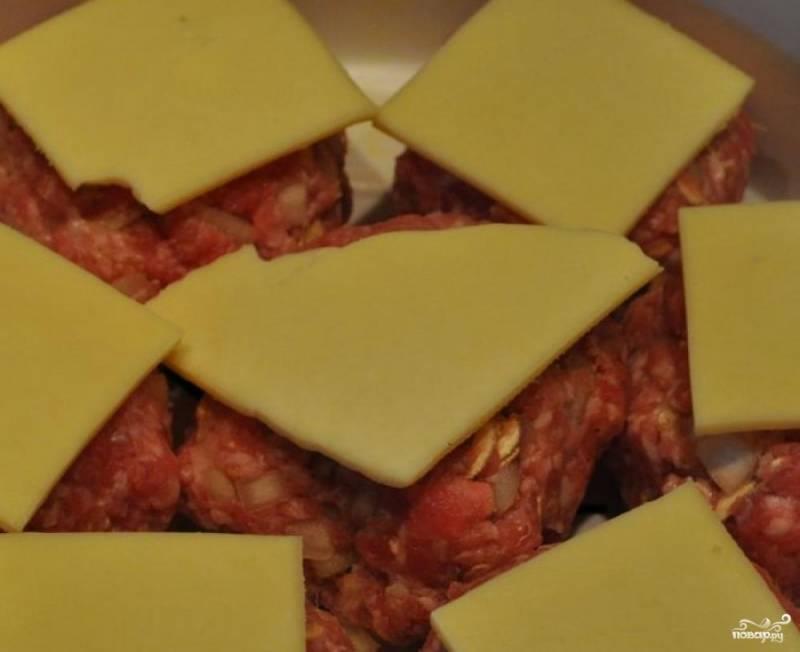 Выкладываем их в пароварку, сверху накрываем сыром.