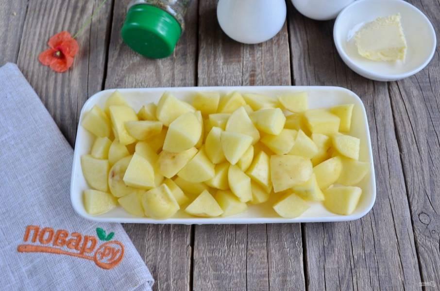 Картофель очистите, промойте под водой и порежьте на небольшие кусочки. Добавьте его в кастрюлю к куриному филе и варите 15 минут.