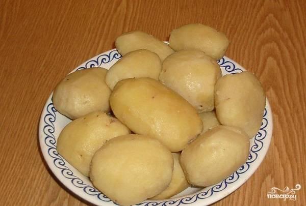 3. Картофель остудите под холодной водой и очистите.