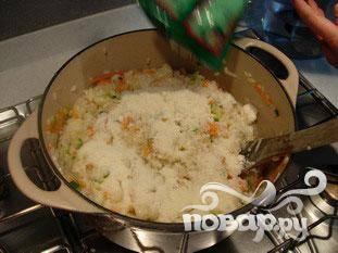 Готовить рис, когда он будет почти готов, но еще не совсем сухой, добавить овощи, осторожно перемешать. Влить сливки. Добавить тертый пармезан, перемещать и готовить еще 2-3 минуты.