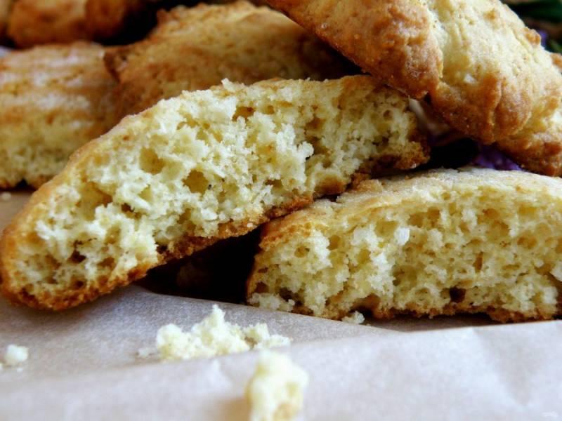 Теплое печенье очень вкусно подавать со стаканом молока.