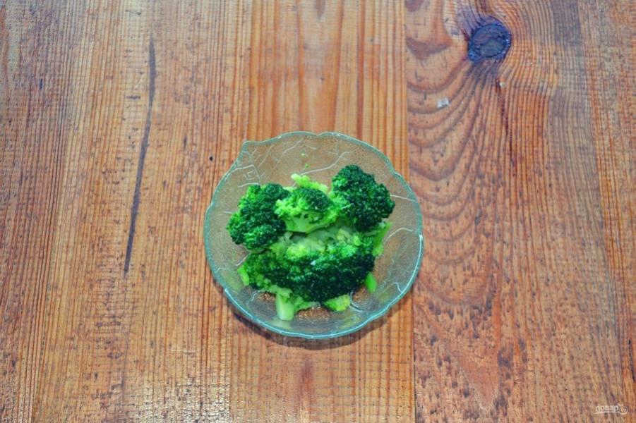 После брокколи отправьте в холодную воду, чтобы остановить процесс варки.