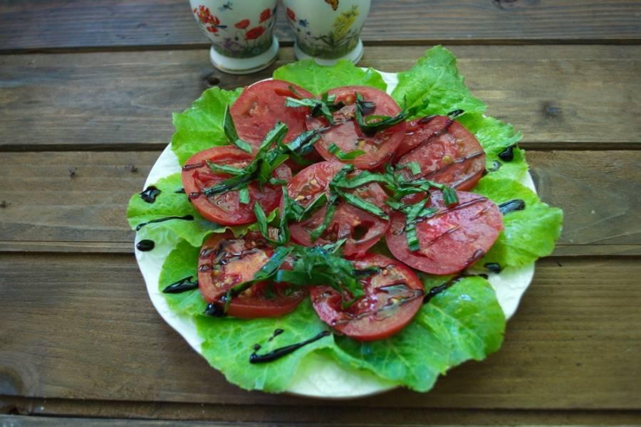Полить помидоры сверху бальзамическим кремом (не путайте с уксусом) и сбрызнуть оливковым маслом. Посолите и поперчите по вкусу.