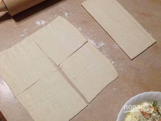 5. У меня тесто листовое и каждый лист я раскатываю, чтобы он стал квадратным. Разрезаем раскатанное тесто на 4 квадрата.