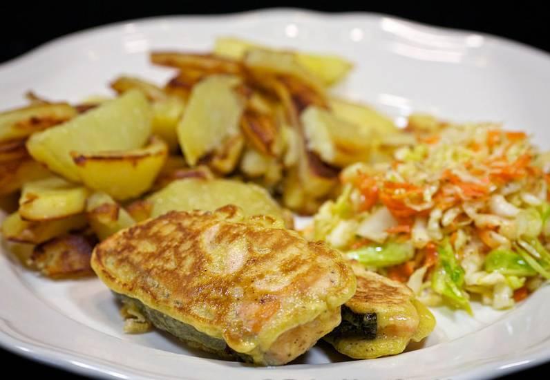 Готовую горбушу кусочками подаем с овощами. Приятного аппетита!