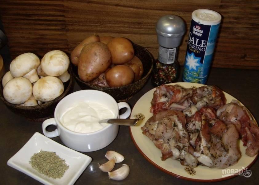1. Кролика лучше нарезать на небольшие части, а перед приготовлением замариновать. Лучше всего для маринада подойдет сметана. Специи и соль добавляйте по вкусу. Оставьте кролика на 30 минут, после чего отправьте его жариться.