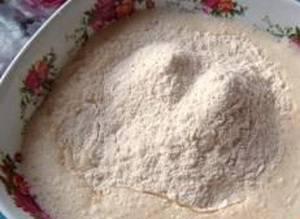 Растапливаем маргарин и добавляем к кефиру. Затем начинаем понемногу вводить муку. Оно должно получится некрутым и пластичным.