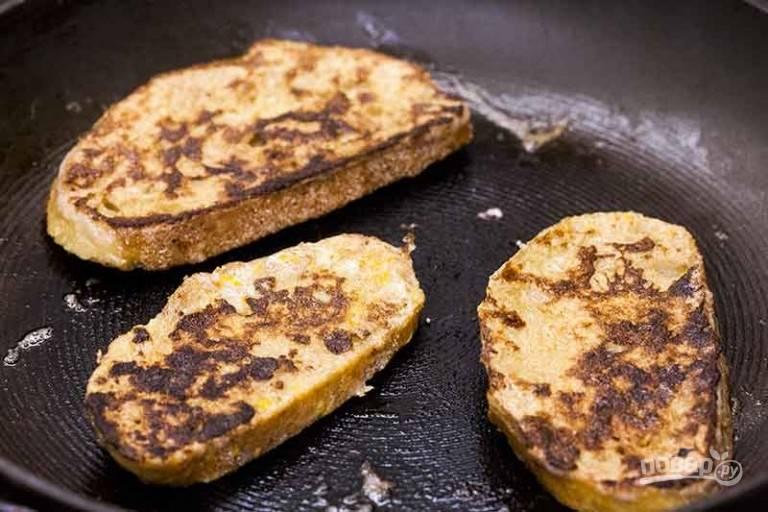 2.Обжарьте французский тост до появления коричневого цвета с обеих сторон.