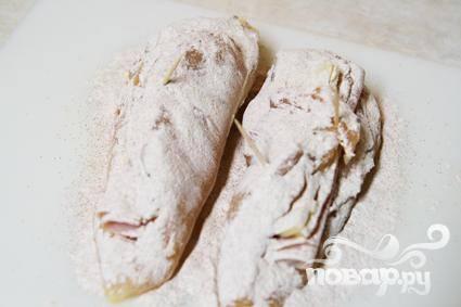 2. Смешайте муку и паприку в небольшой миске. В приготовленной смеси обвалять куриные грудки со всех сторон, чтобы посыпка равномерно покрывала всю курицу.