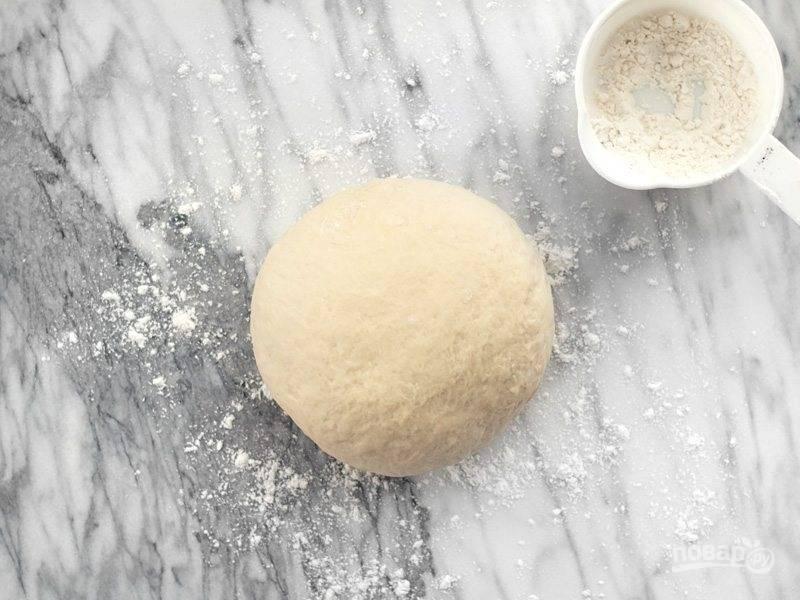 5.Посыпьте мукой ровную поверхность и выложите на нее получившееся тесто, вымешивайте его 4-5 минут, по необходимости добавьте еще немного муки. Оставьте тесто на 15 минут.
