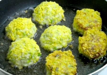 В сковороде разогреваем растительное масло и обжариваем на нем биточки со всех сторон до образования румяной корочки.