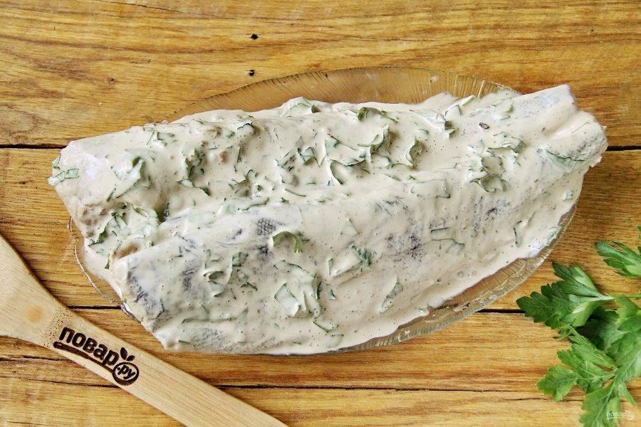 Обмажьте рыбу со всех сторон приготовленным маринадом и уберите в холодильник на 2 часа. Можно на ночь.
