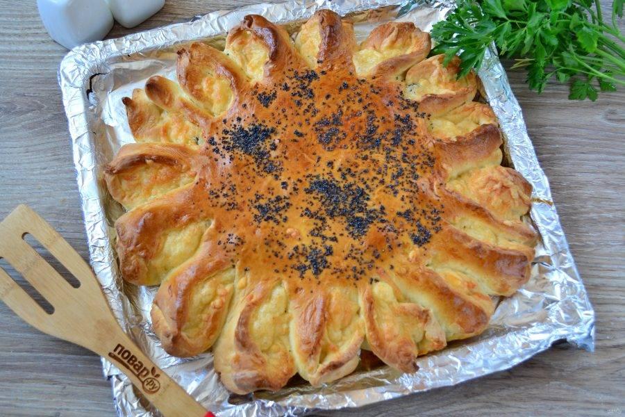 Запекайте пирог в духовке при температуре 180 градусов 25-30 минут до золотистого цвета сверху и полной готовности теста.