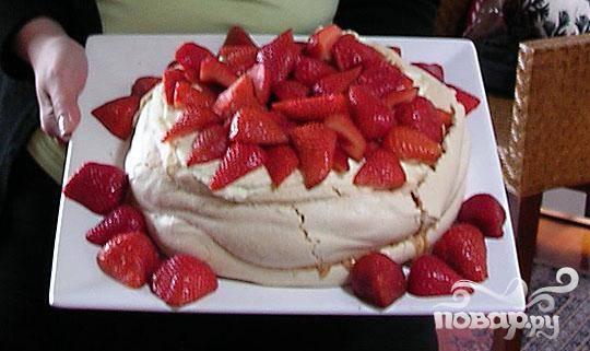 4.Помазать торт кремом и украсить клубникой. Подать на стол.