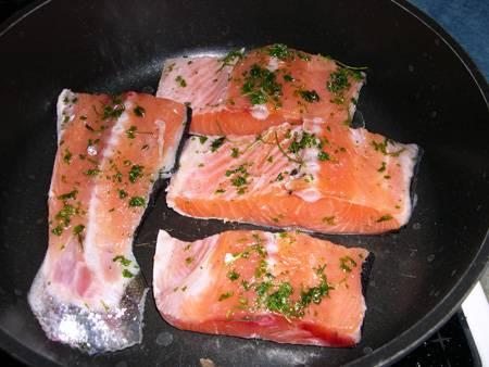 3. Выкладываем кусочки рыбки вместе с остатками масла на толстую сковороду. Жарим на среднем огне.