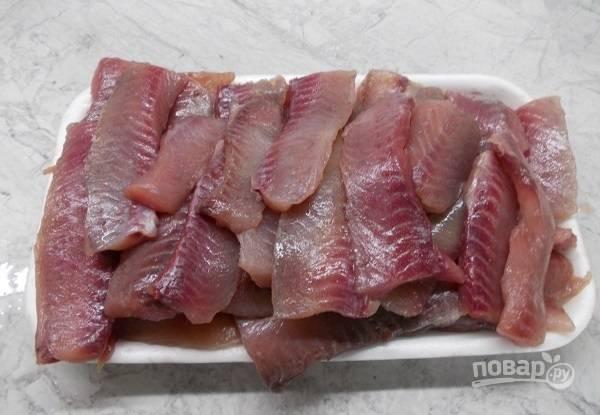 2. Разделайте рыбу (в данном случае это карась), аккуратно отделив филе.