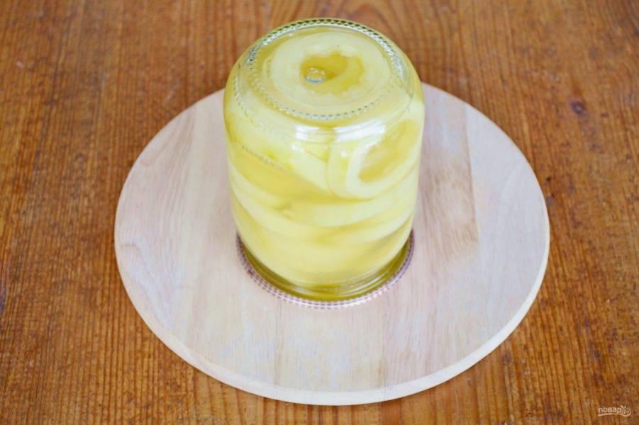Влейте кипящий сок в банку, закатайте и оставьте вверх дном до полного остывания.