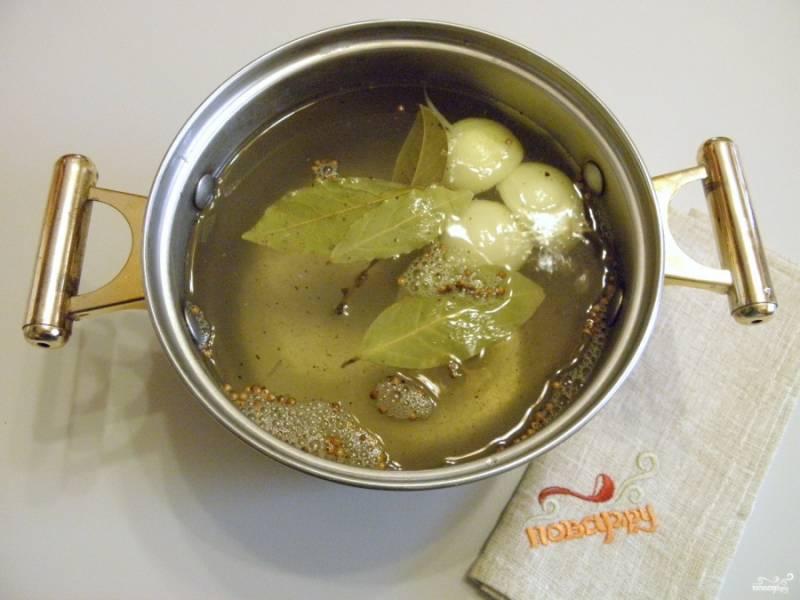 3. Залейте литром кипятка, дайте рассолу полностью остыть, он должен быть комнатной температуры.