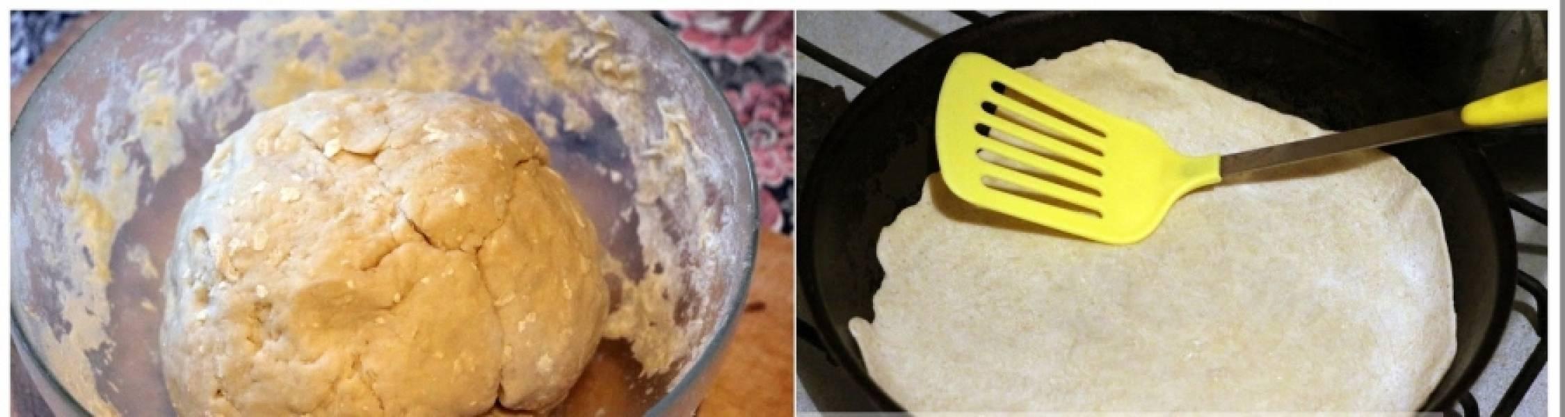 Смешайте лук с картофельным пюре. А теперь приготовим тесто: просейте муку, добавьте соль и 2 ст.л. растительного масла, влейте кипяток и быстро перемешайте. Через минуту замешайте тесто. Накрываем тесто пищевой пленкой и даем ему отдохнуть 25 минут.