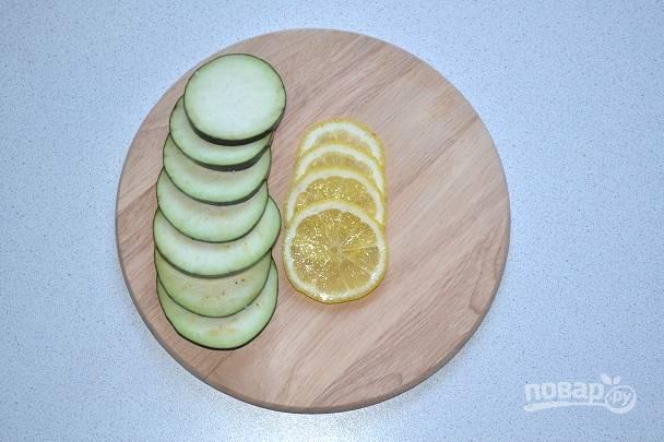 Тонко нарежьте 3-4 ломтика лимона.