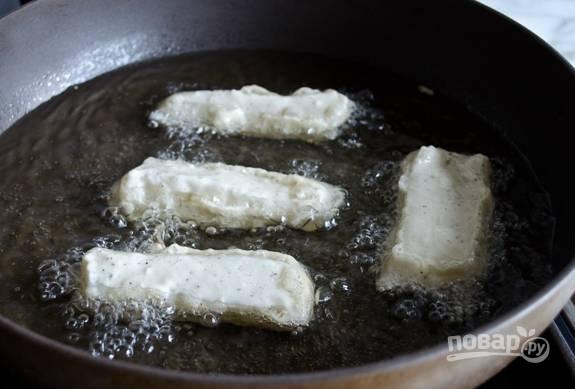 6. Затем треску обмакните в кляре и обжарьте в большом количестве разогретого масла на сковороде или во фритюре.