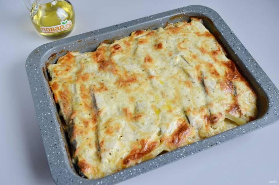 11. Рыба с картошкой в духовке готова! Подавайте горячей.