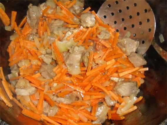 9. Затем добавить морковь и еще немного обжарить овощи с мясом.