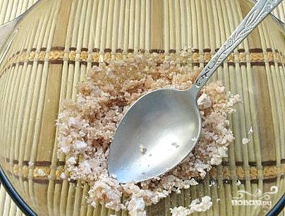 Дрожжи раскрошить в миску, а затем тщательно растереть со столовой ложкой сахара.