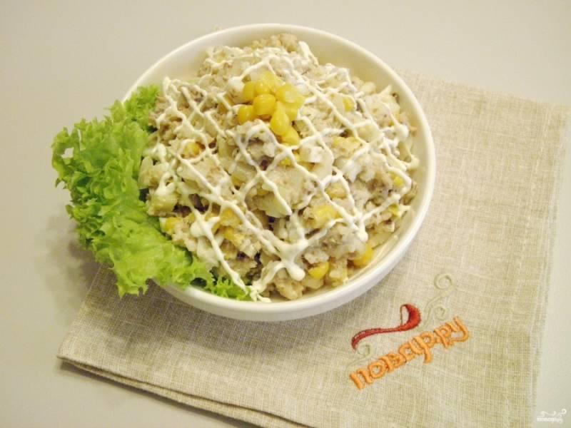 Подавайте салат на листочке салата, украсив кукурузой. Приятного аппетита!