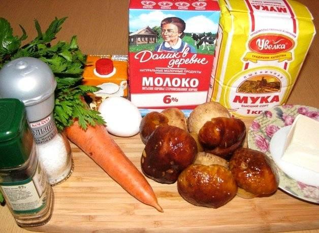 Для начала подготавливаем все необходимое, промываем грибы, чистим морковь и лук.
