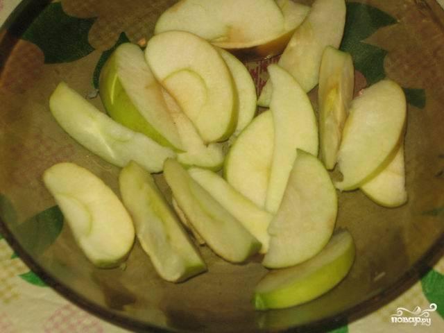 1. Яблоки хорошо вымыть, просушить и порезать дольками.