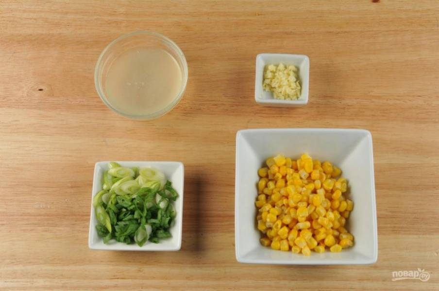 Мелко нашинкуйте лук. Чеснок измельчите. Из лимона выжмите сок. Лосось смажьте солью и перцем.