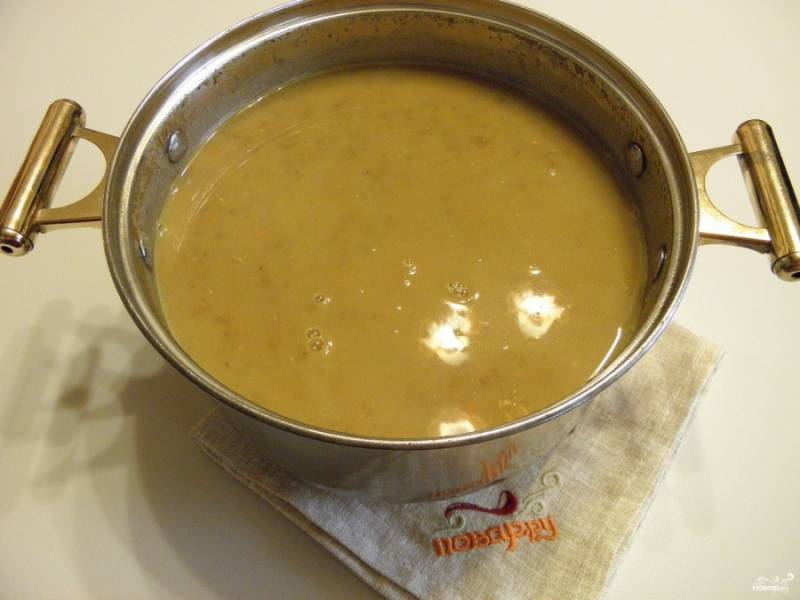 Из готового супа уберите лавровый лист, погружным блендером пюрируйте суп до кремообразного состояния. Приятного аппетита!