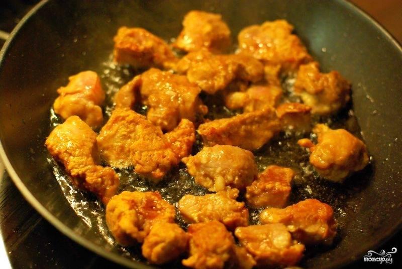 Хорошо перемешиваем, можно подержать около 30 минут, но если не времени, то не обязательно. Затем Сковородку хорошенько разогреваем, наливаем в нее масло и и обжариваем мясо. делаем это частями!