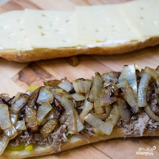10. Обе части сложите в один кубинский сэндвич. Разрежьте наполовину.