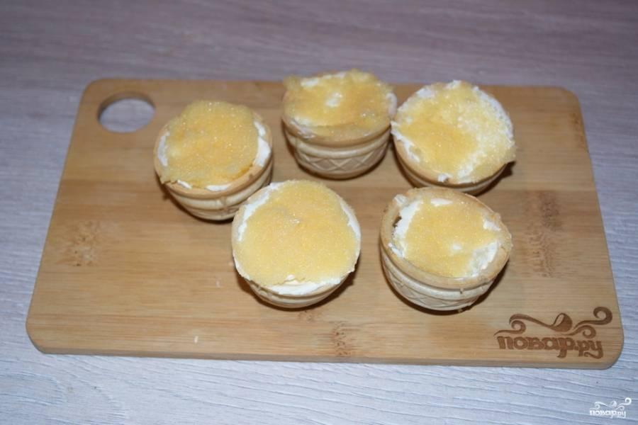 Сверху на крем-сыр выложите соленую икру мойвы.