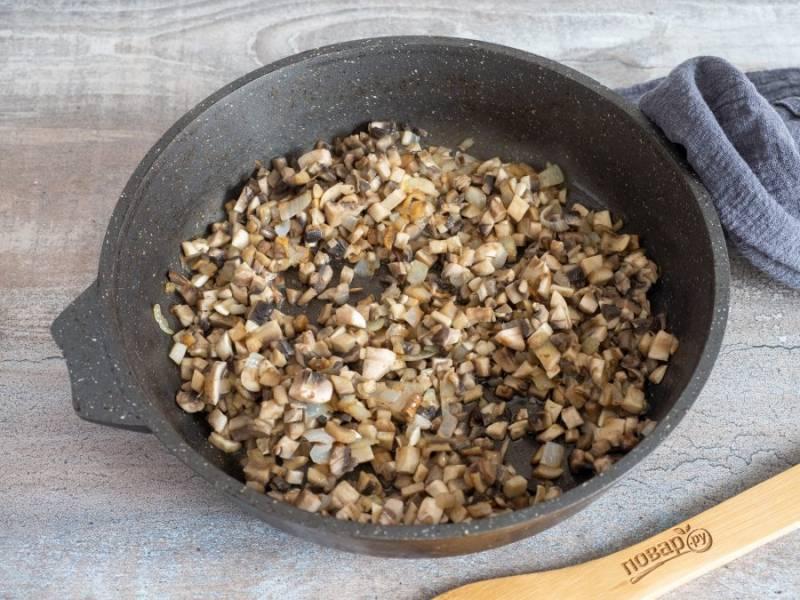 Лук и грибы нарежьте. В растительном масле обжарьте лук, затем добавьте грибы. Обжарьте до выпаривания жидкости.