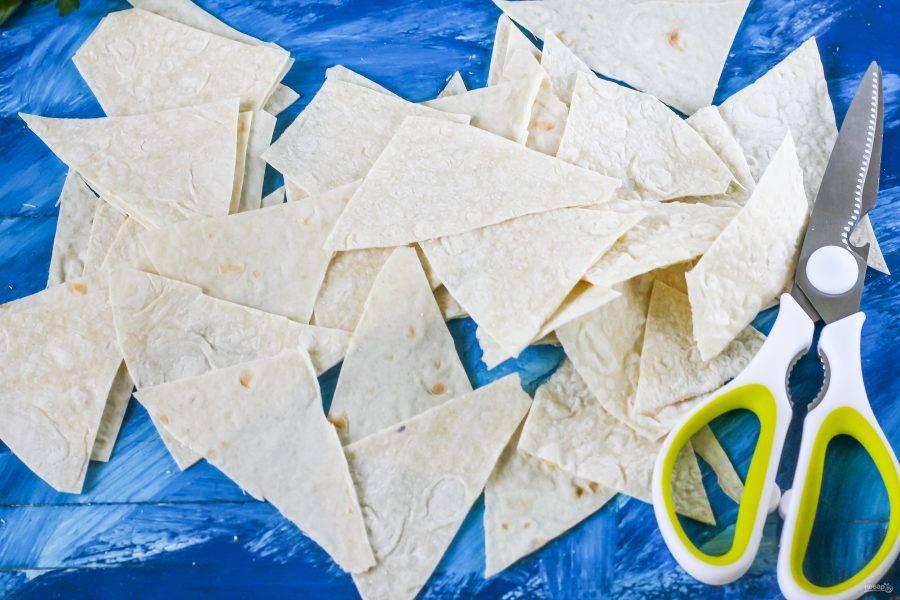 Ножницами нарежьте листы лаваша треугольниками или разрежьте на квадраты небольшого размера, как вам будет угодно.