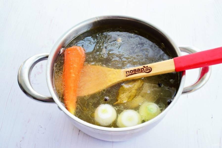Закиньте овощи в бульон, добавьте лавровый лист (не обязательно), перец душистый и черный, соль по вкусу, варите еще 30 минут.