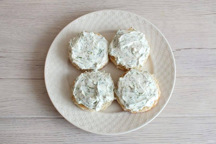 Хлебные заготовки намажьте творожным сыром с укропом.