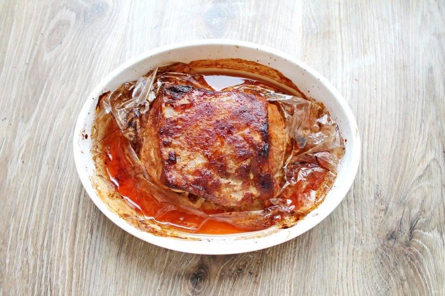 Смажьте поверхность оставшимся маринадом и запекайте еще 10-15 минут до румяной корочки. Достаньте из духовки, разрежьте по разрезам и сразу подавайте к столу.