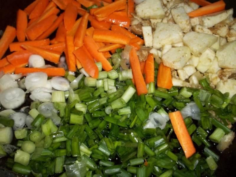 """1. Все овощи моем, затем даем воде стечь. Баклажаны разрезаем вдоль, чтобы получились """"лодочки"""". Мякоть баклажанов отправим в сковороду с растительным маслом. Сюда же - измельченный лук и морковь. Обжарим до румяности."""